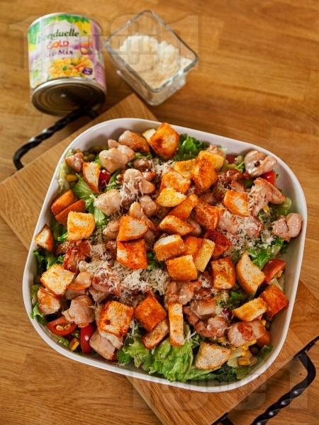 Зелена салата с пържени пилешки хапки от бут, царевица, чери домати, крутони и сирене пармезан - снимка на рецептата